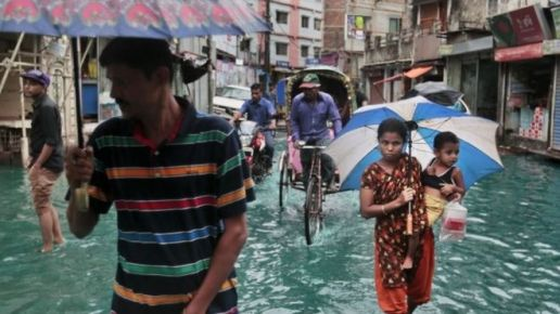 Cyclone Roanu unleashed heavy rain and strong winds (Photo: AP)