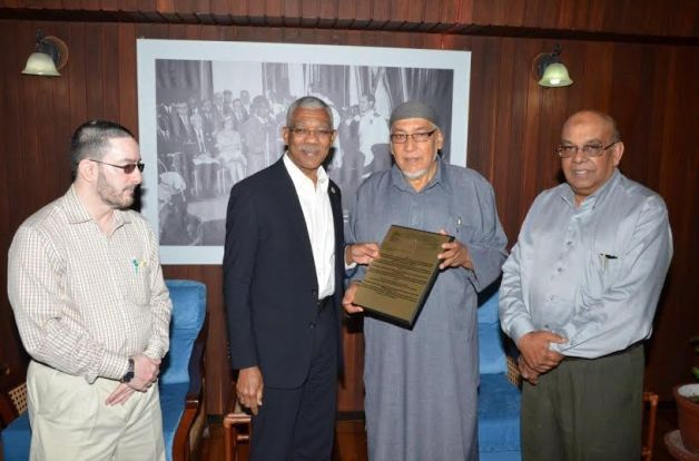 President David Granger receives plaque from President of the CIOG, Al Hajj Fazeel M. Ferouz, while Sheik Moen ul-Hack and Mr. Khakan Ramjohn look on.