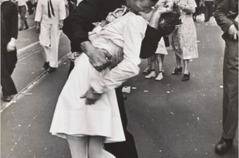 Una Foto, Due Ere: Kiss-In Event in New York Times Square