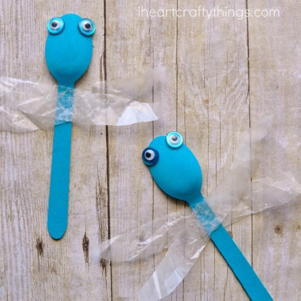 Kids will love making and playing with these dragonflies made from wooden spoons!