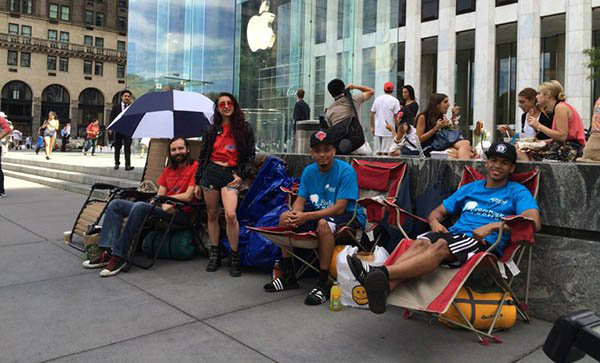 iPhone-lovers-out-apple-store