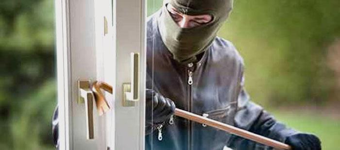 Ladro che entra con facilità dentro un serramento non di sicurezza