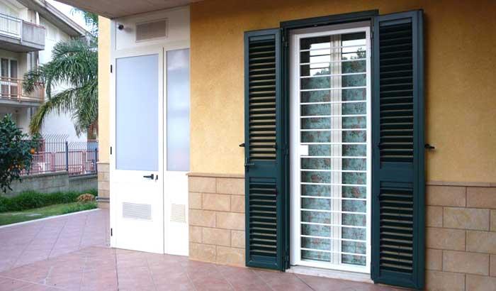 Inferriate moderne appartamento a Milano di colore bianco