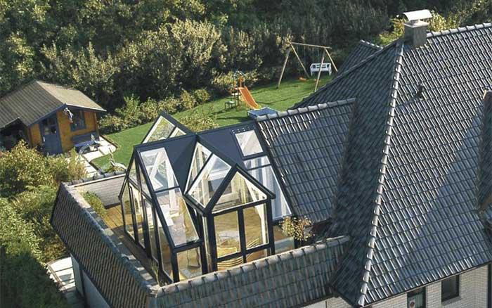 Veranda in ferro e vetro a forma di tetto