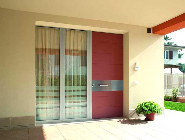 Esempio di una porta blindata ed elementi chiave