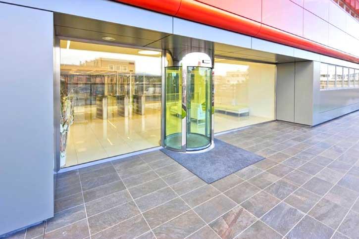 Immagine di una porta blindata a bussola installata in una gioelleria