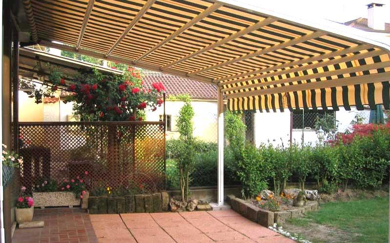 Tenda da sole in giardino paese provincia di Milano