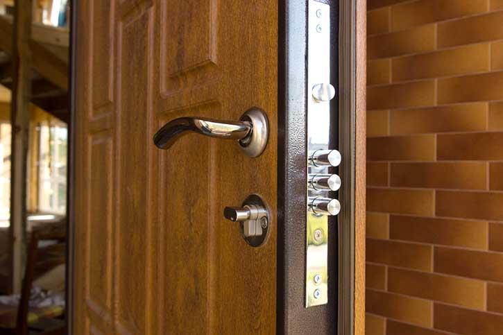 Installazione di una porta blindata in una casa di monza