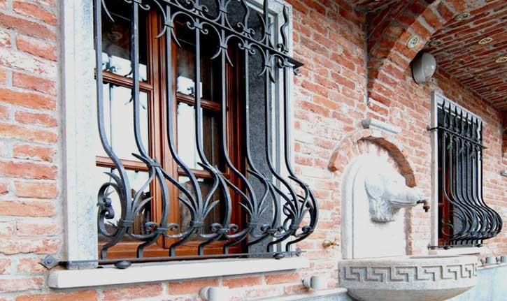 Esempio di inferriate su una finestra a Sondrio