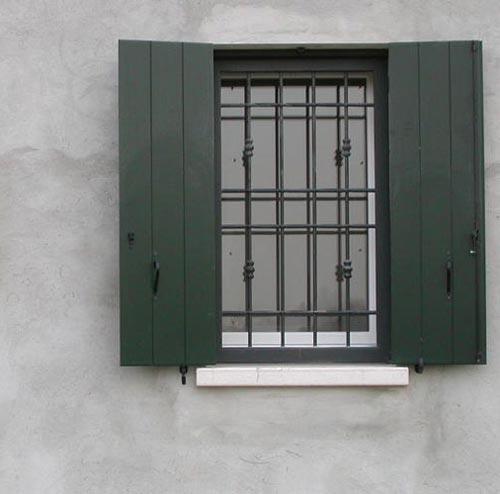 Grata di sicurezza per finestra su misura installata a Lecco