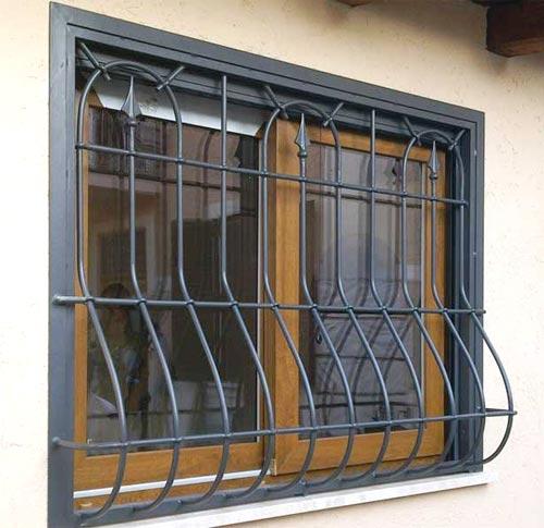 Grata di sicurezza per finestra su misura installata a Lodi