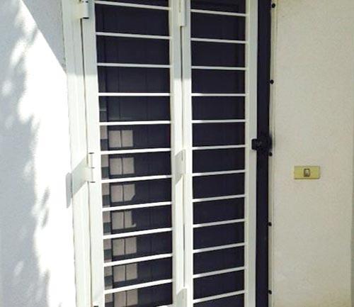 Grata di sicurezza per finestra su misura installata a Como