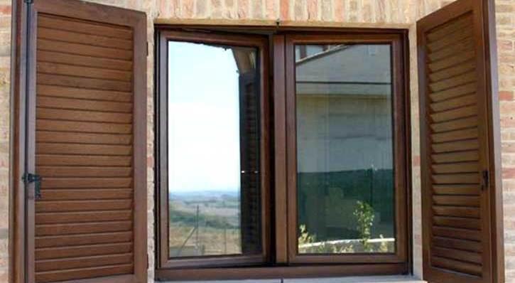 Persiane in legno in una casa in provincia di Brescia