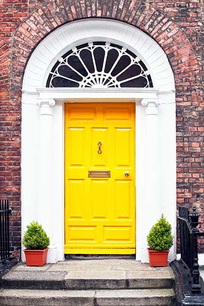 Porta in stile inglese gialla ad arco