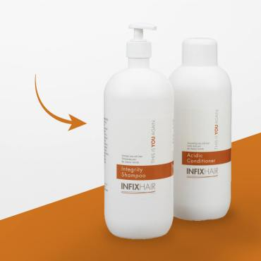 De 1 liter-flessen shampoo en conditioner van In Fix Hair