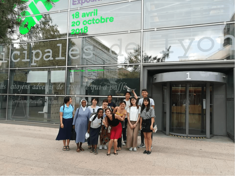 International students in France in front of Archives Municipales in Lyon
