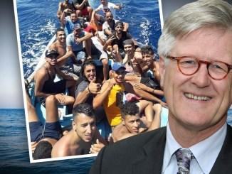 Der evangelische Bischof Bedford-Strohm freut sich über neue Flüchtlinge auf seinem Sammelschiff..
