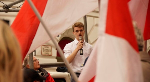"""""""Die Österreicher""""-Aktivist Clemens war einer der Organisatoren der Demonstration gegen den Bevölkerungsaustausch. Gegenüber Info-DIREKT zeigte er sich sehr zufrieden mit der Veranstaltung. Bild: Info-DIREKT"""