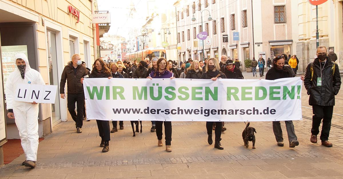 Der Schweigemarsch gegen den Corona-Wahnsinn zieht mit über 500 Teilnehmern über die Linzer Landstraße. Bild: Info-DIREKT