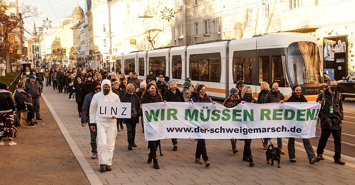 Anders als bei anderen Demonstrationen wurde der Verkehr kaum behindert. Selbst die Straßenbahn konnte trotz Schweigemarsch fahren. Bild: Info-DIREKT