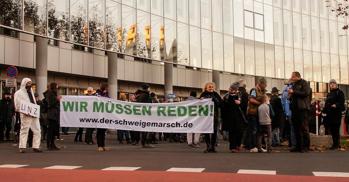 Mit einem Applaus für die Polizei endete der Schweigemarsch vor dem Arbeitsmarktservice (AMS). Bild: Info-DIREKT