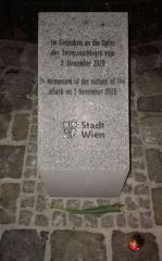 Inschrift des Wiener Denkmals für die Opfer des islamistischen Terroranschlags.