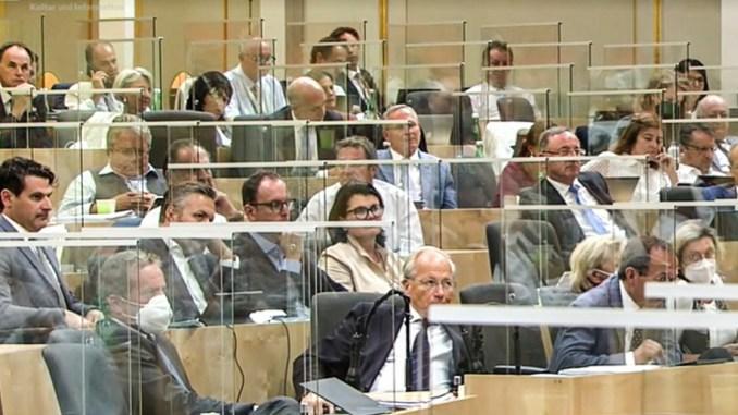 Gedenkminute für Leonie: ÖVP, SPÖ, Grüne und NEOS bleiben sitzen