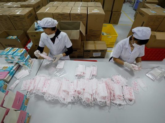 Workers make medical protective masks at An Phu company's production facility for domestic and international markets, amid the spread of the coronavirus disease (COVID-19), in Bac Ninh province, Vietnam, 5 August, 2020 (Reuters/Kham).