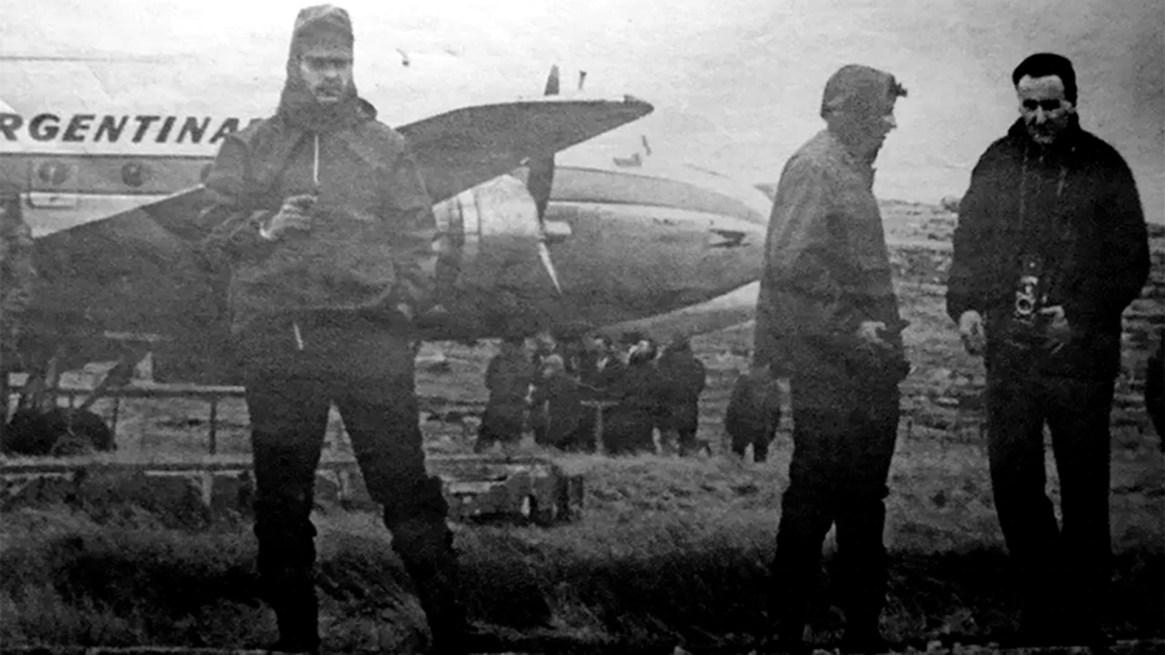 Integrantes del comando Cóndor y el periodista con su cámara colgada cuando aterrizaron en Malvinas en 1966(Crédito: Héctor Ricardo García/Diario Crónica)