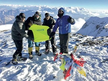 A 6960,8 metros, Baraja, Corvalán, Weich y Fuentes hacen flamear una remera de Unicef. (Foto Matías Gutiérrez/GENTE)