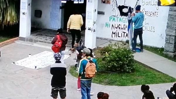 Escenas de la toma del municipio de El Bolsón en protesta por la muerte de Santiago Maldonado
