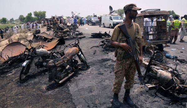 Un soldado monta guardia junto a los vehículos quemados(Reuters)