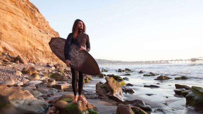 Kapono es hawaiano y es apasionado del surf (Ariana Drehsler – The New York Times)