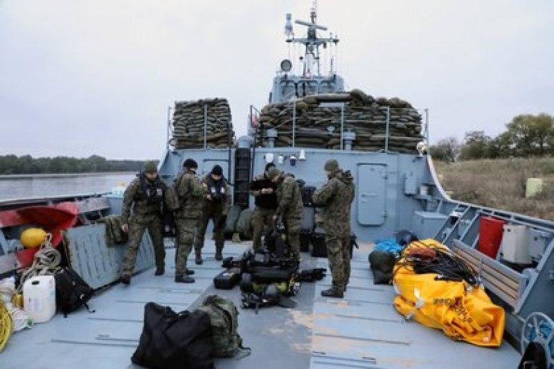 Buzos de la Armada del 12 ° Escuadrón Buscaminas de la 8 ° Flotilla de Defensa Costera participan en una operación para desactivar la bomba Tallboy sin detonar de la Segunda Guerra Mundial (Reuters)
