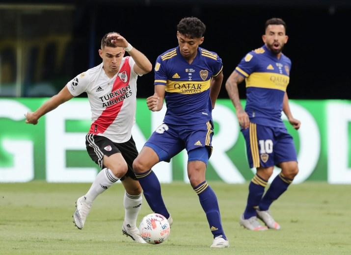 Cristian Medina ya afirmado como titular en el último Superclásico, disputando la pelota con Rafael Santos Borre (REUTERS/Alejandro Pagni).