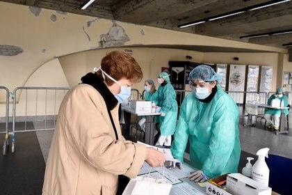 Trabajadores médicos revisan a los pacientes en un puesto de control médico en Brescia, Italia, el 3 de marzo de 2020 (REUTERS/Flavio Lo Scalzo/Archivo Foto)