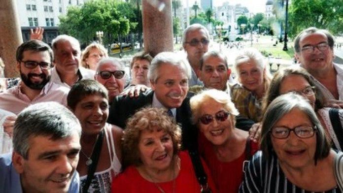Alberto Fernández con jubilados en la Casa Rosada (Presidencia)