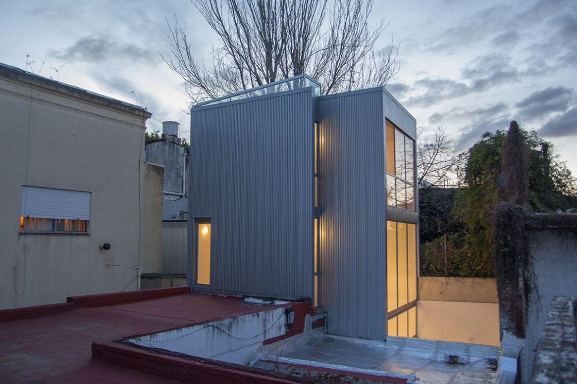 La casa conforma un recorrido vertical donde cada estrato absorbe una parte del programa, presentando distintos grados de intimidad y estableciendo una relación específica con el exterior