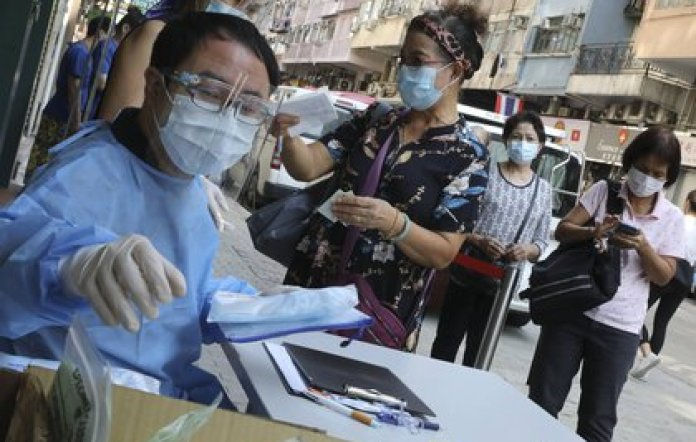 Medical staff from a Hong Kong hospital center treat a group of people who are going to undergo the coronavirus test (Europa Press)