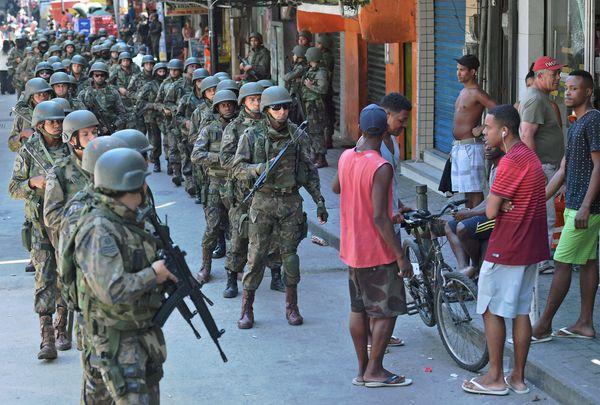 Militares en Rocinha, la mayor favela de Río de Janeiro, este 23 de septiembre (AFP PHOTO / CARL DE SOUZA)