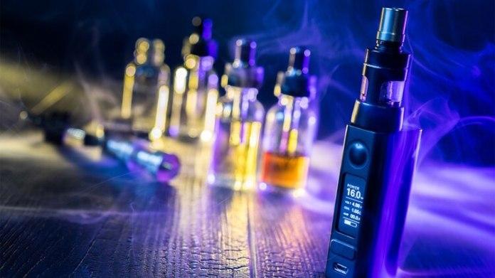 Existe evidencia de que el aerosol de los cigarrillos electrónicos provoca daños en el pulmón como neumonías y lesiones similares al enfisema (Shutterstock)