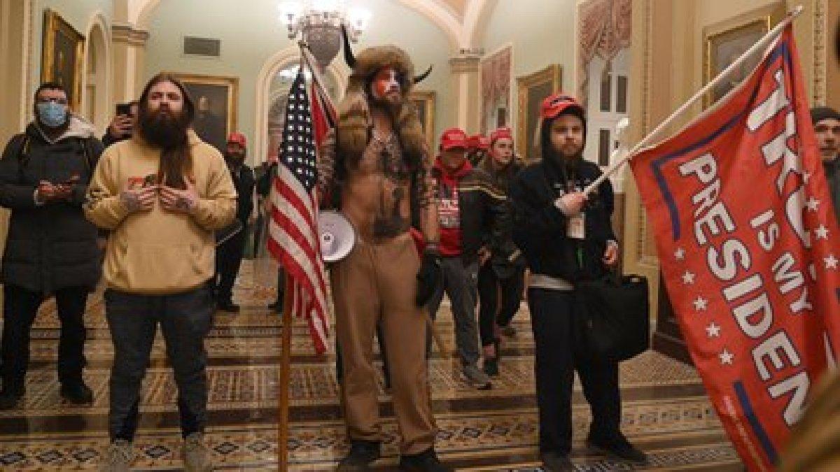 Los partidarios de Trump en el interior del Capitolio de los EEUU el 6 de enero de 2021, en Washington, DC (Foto de Saul LOEB / AFP)