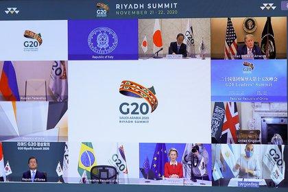 El Presidente de los Estados Unidos Donald Trump, la Presidenta de la Comisión Europea Ursula von der Leyen, el Primer Ministro del Japón Yoshihide Suga y el Presidente de Corea del Sur Moon Jae-in se ven en una pantalla antes del comienzo de la reunión virtual del G20 auspiciada por Arabia Saudita, en medio del brote de la enfermedad coronavirus (COVID-19), en Bruselas (Bélgica) el 21 de noviembre de 2020. (REUTERS)