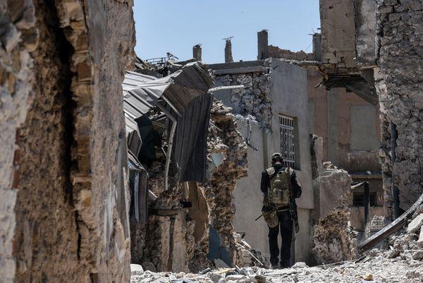 Un soldado iraquí avanza entre los restos de Mosul (AFP)