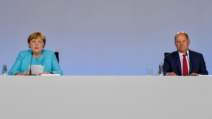 La canciller alemana Angela Merkel y el ministro de Finanzas  Olaf Scholz John Macdougall/Pool via REUTERS