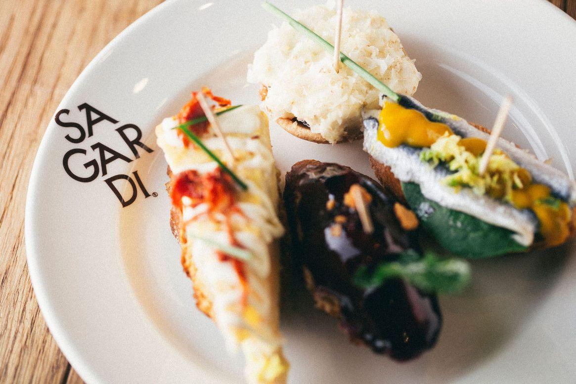 El restaurante rinde homenaje al País Vasco, una tierra única con una cultura ancestral propia donde la comida está en el centro de la vida