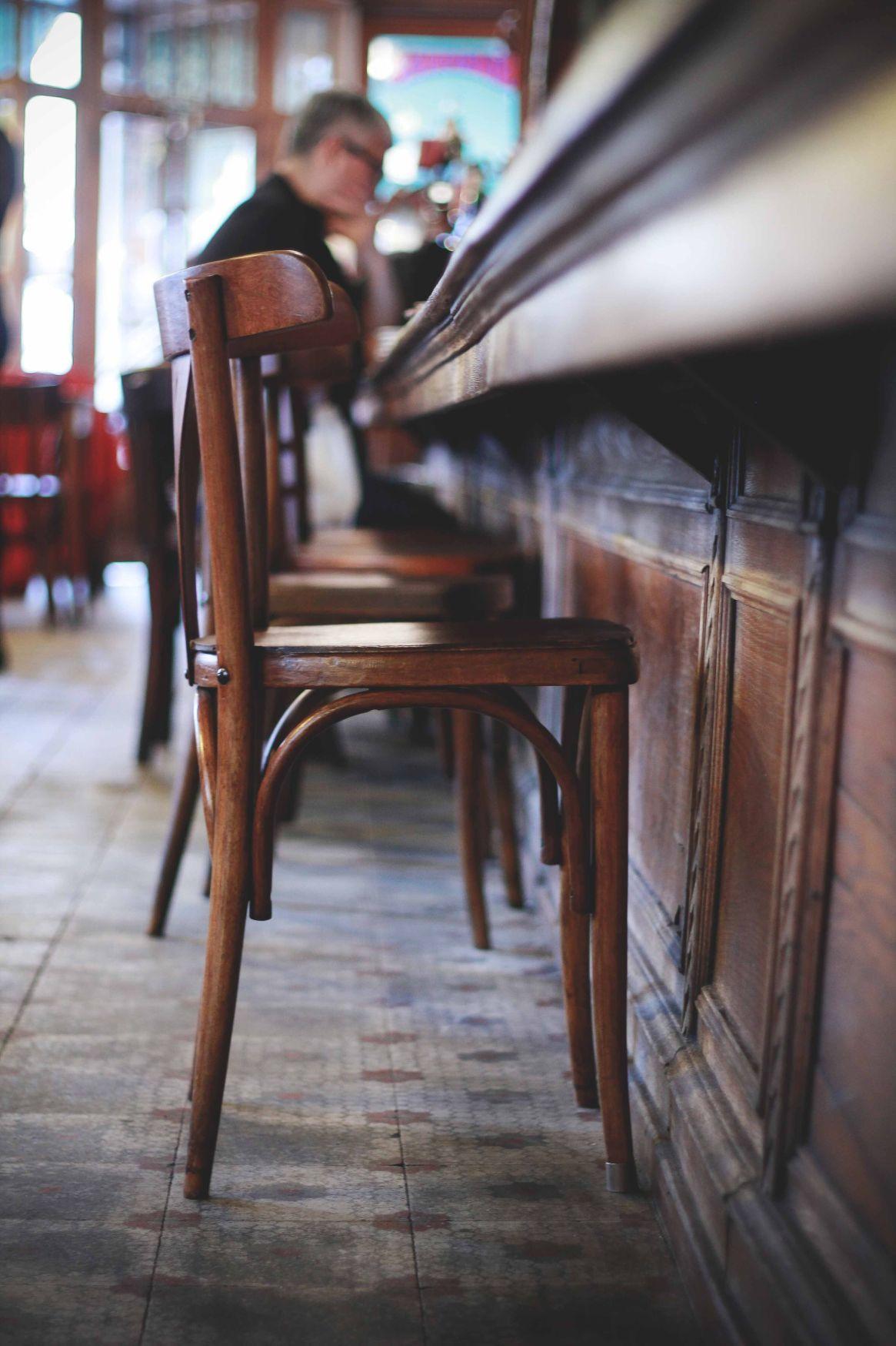 Conserva sus sillas y mesas de madera como en sus comienzos