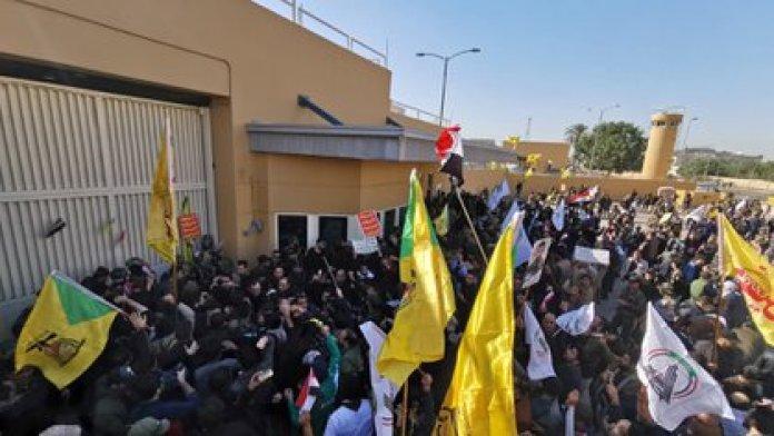 A fines de diciembre pasado miles de seguidores proiraníes atacaron la embajada de Estados Unidos en Bagdad (Reuters)