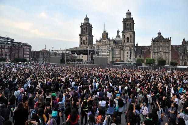 """Ciudad de México, México, después de que un video de Chile se velarizará cientos de mujeres mexicanas se sumaron al Performance """"Un violador en tu camino"""" (Foto: Claudio Cruz/ AFP)"""