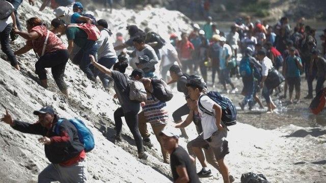 Migrantes escalan las riberas del río Suchiate en su intento por cruzar la frontera entre México y Guatemala (Foto: José Cabezas/Reuters)